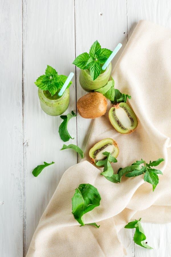 在猕猴桃,芝麻菜外面的水果和蔬菜圆滑的人 免版税库存图片