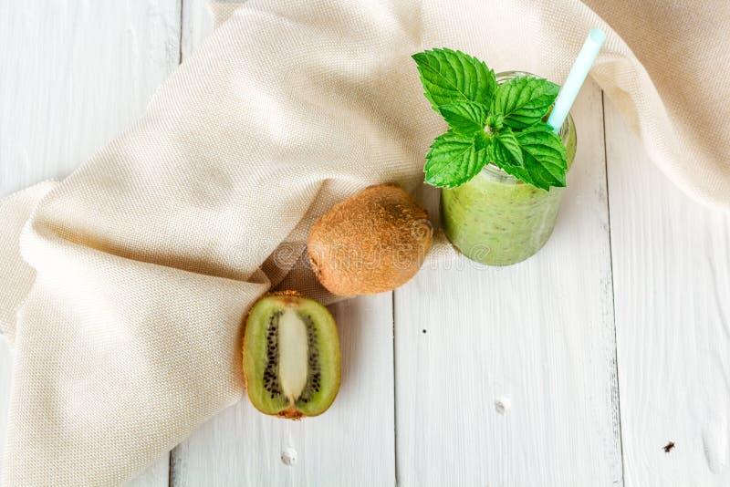在猕猴桃,芝麻菜外面的水果和蔬菜圆滑的人 库存图片