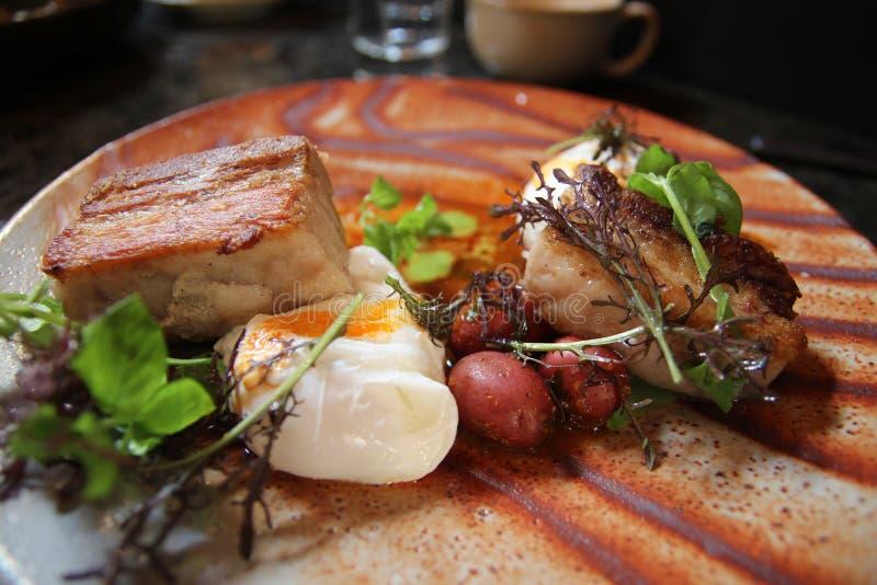 在猪肚和被炖的婴孩土豆res的荷包蛋 图库摄影