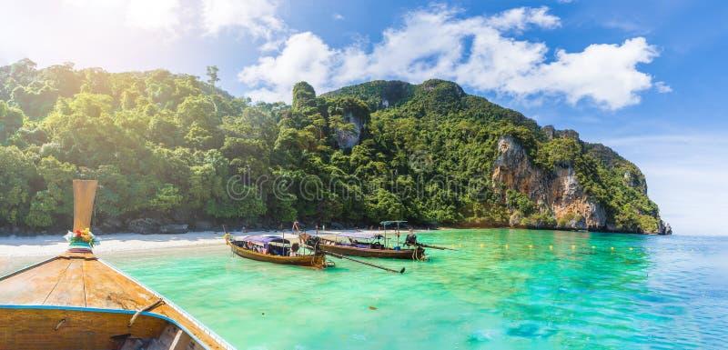 在猴子海滩,披披群岛,泰国的传统长尾巴小船 库存照片