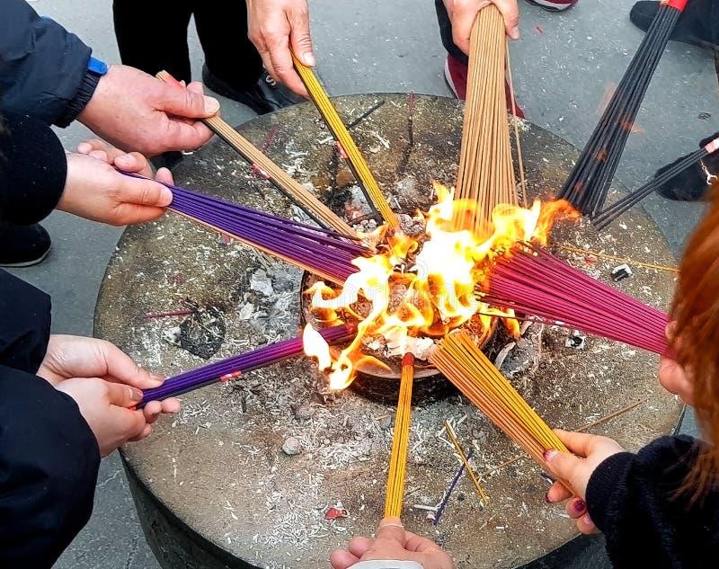 在玉佛寺的2019年3月,在上海,到寺庙里,灼烧的香火在阴历的第一天 库存照片