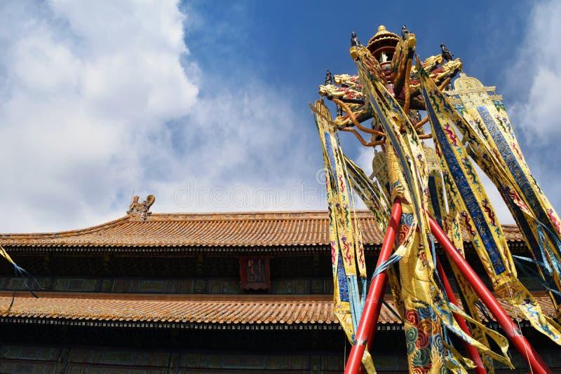 在玉山的寺庙的越南旗子在还剑湖,河内,越南 库存照片