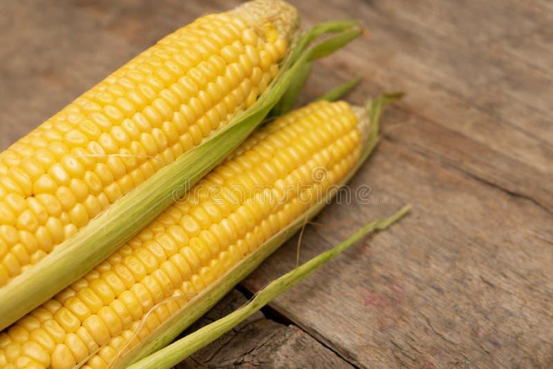 在玉米棒的新鲜的玉米在木背景 免版税库存图片