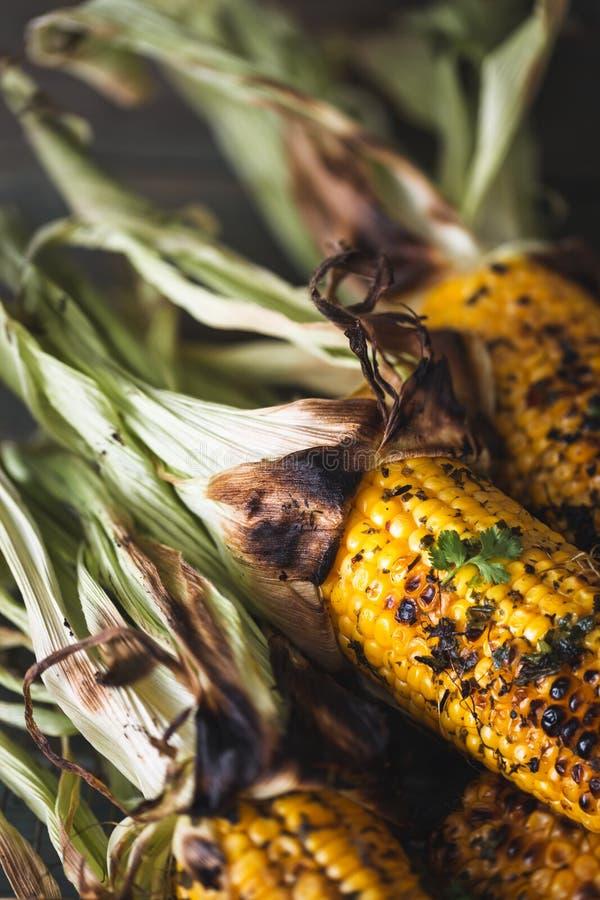在玉米棒的烤玉米在烤肉用草本黄油黄油 免版税图库摄影