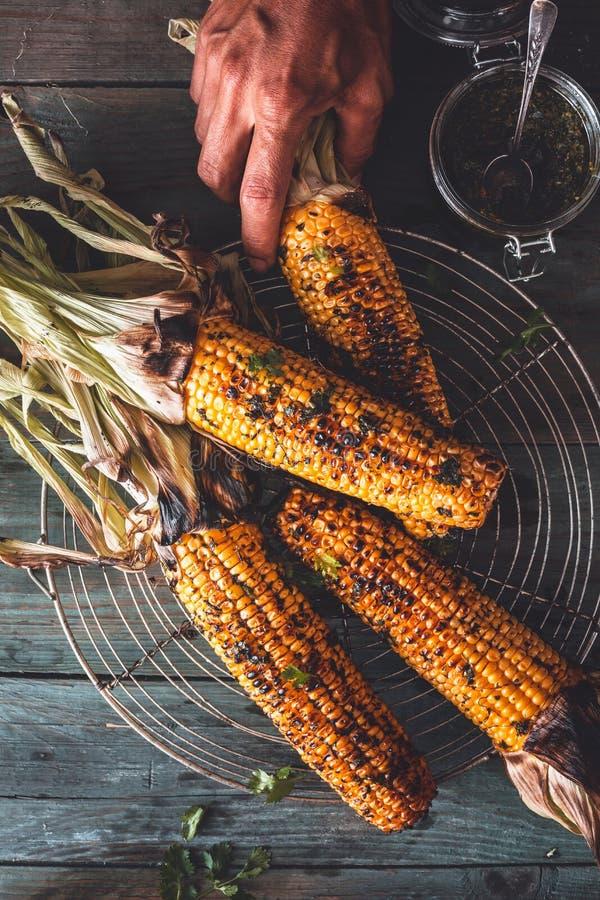 在玉米棒的烤玉米用Chimichurri调味汁 免版税库存图片