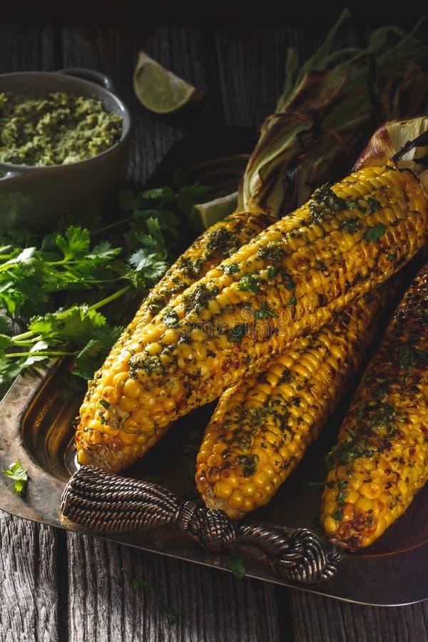 在玉米棒的烤玉米 夏天菜烤肉 免版税图库摄影