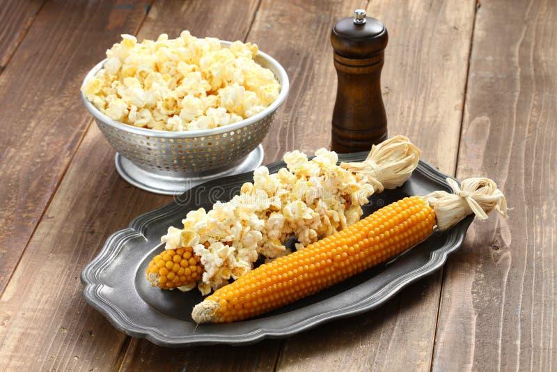 在玉米棒的玉米花 免版税库存照片