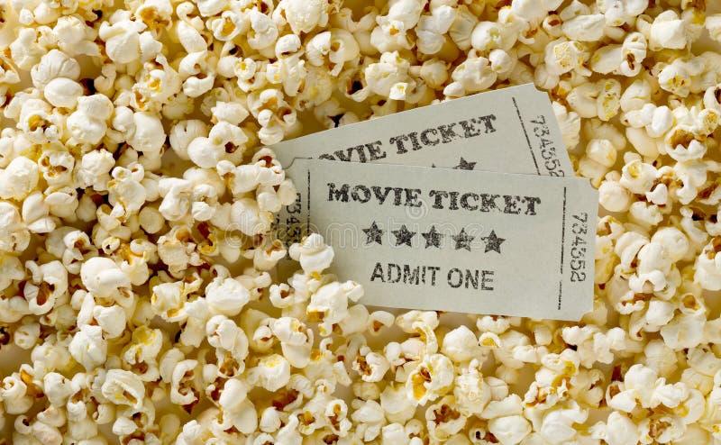 在玉米花快餐背景的电影票 家庭影院电影或系列夜概念 舱内甲板被放置的顶视图从上面 库存图片