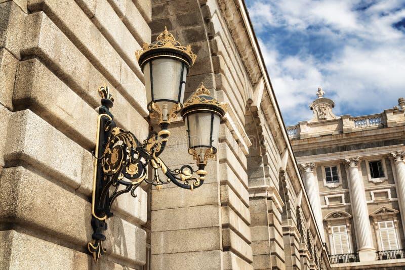 在王宫的墙壁的传统伪造的街灯 库存图片