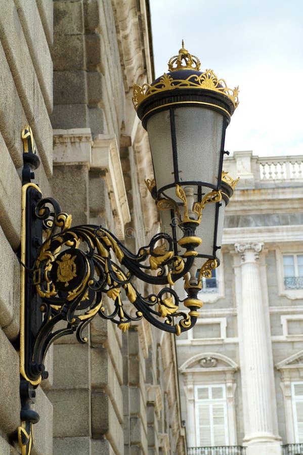 在王宫的墙壁的街灯在马德里 免版税库存图片
