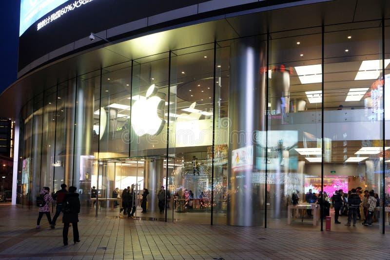 在王府井街道上的苹果计算机商店在北京 图库摄影