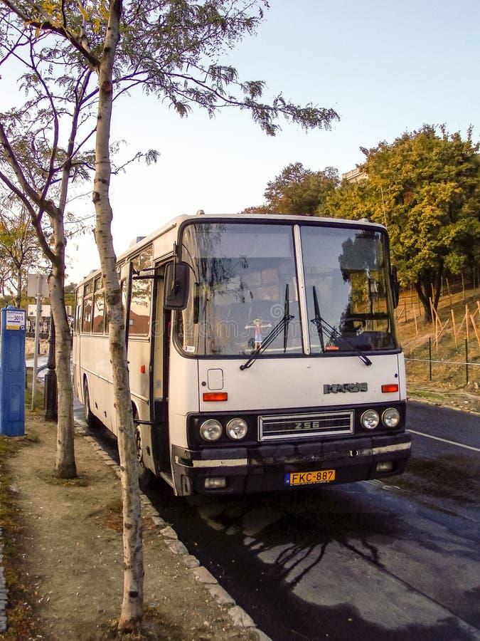 在玛格丽特海岛上的Ikarus 256公共汽车在布达佩斯 免版税库存照片