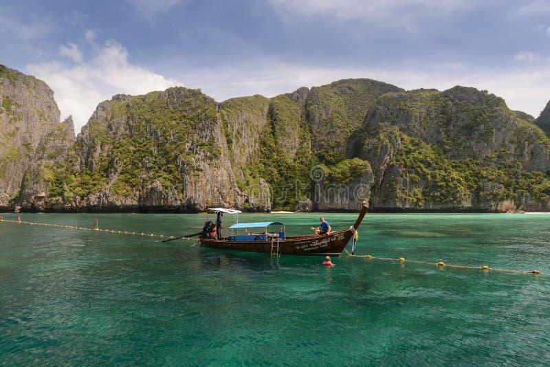 在玛雅人海湾,Ko披披岛李海岛,甲米府的长尾巴小船在泰国 库存照片