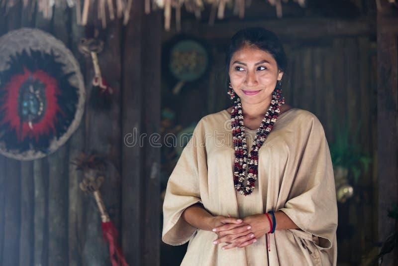 在玛雅衣裳打扮的美丽的妇女 免版税图库摄影