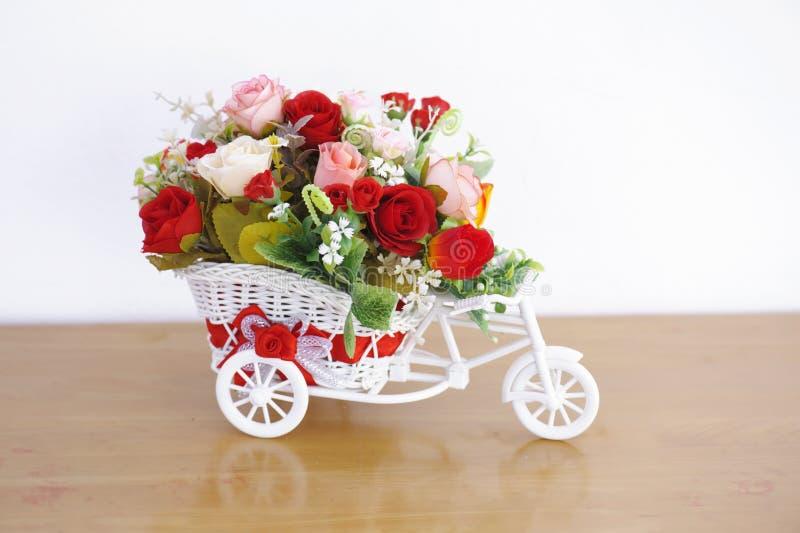 在玩具汽车花瓶的人造花装饰 库存照片