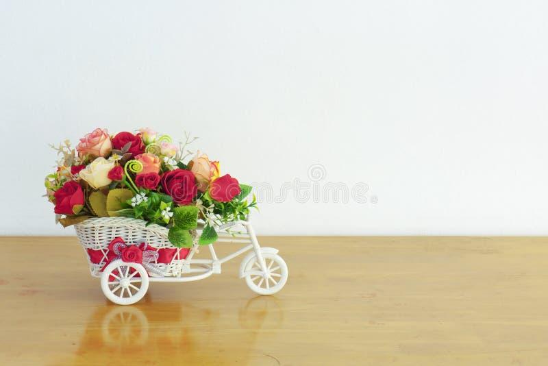 在玩具自行车花瓶的人造花装饰 免版税库存照片