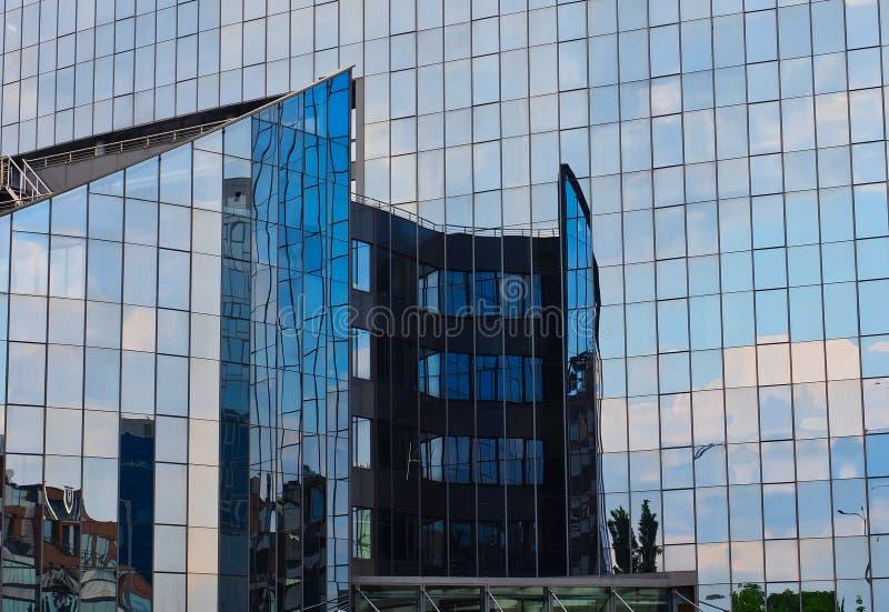 在现代保加利亚商业大厦给上釉的门面的反射 库存照片