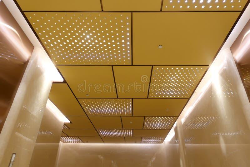 在现代修造的天花板的被带领的光 免版税库存图片