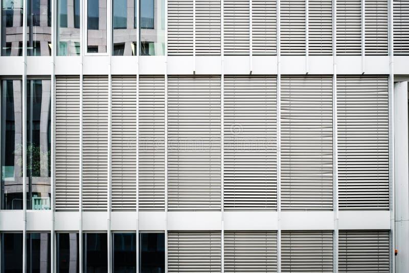 在现代修造的门面的被关闭的窗帘,关闭了在办公室外部的快门 免版税图库摄影
