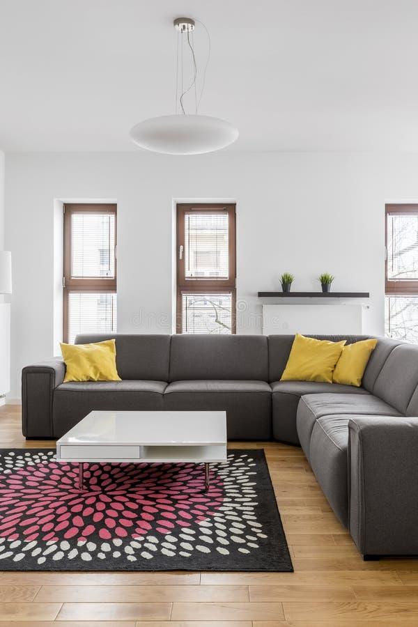 在现代公寓的壁角长沙发 免版税库存照片