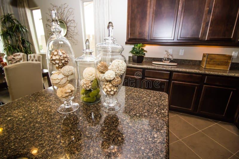 在现代厨台的三个玻璃花瓶 库存照片