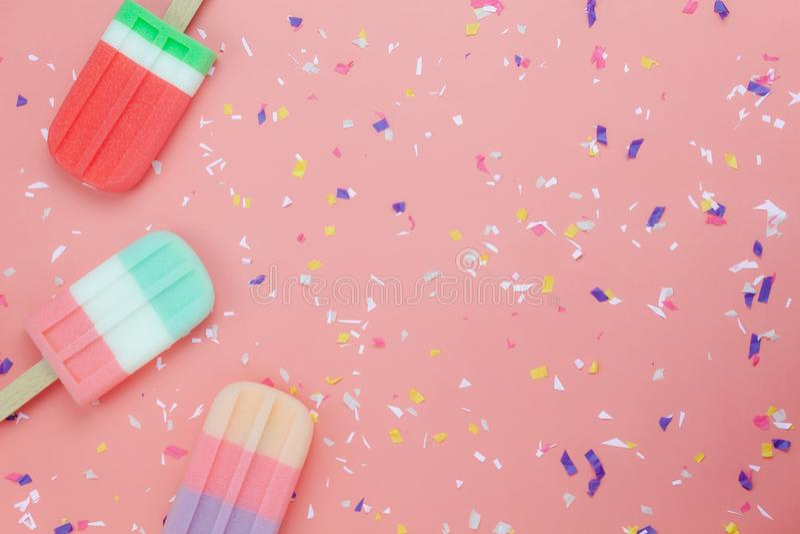 在现代土气桃红色纸墙纸的平的位置冰淇凌流行音乐棍子 库存图片