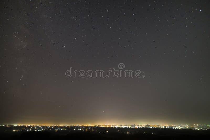 在现代城市,宽全景,高楼光鸟瞰图,高电视的塔的美丽的满天星斗的黑暗的夜空 库存图片