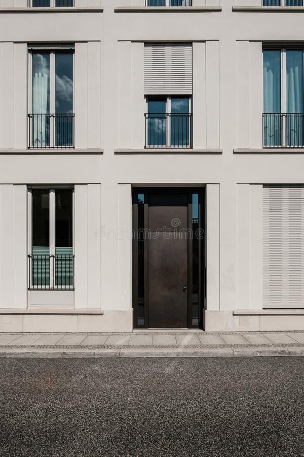 在现代大厦的进口与空的街道 免版税库存照片