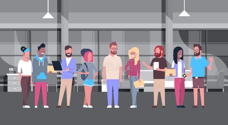 在现代工友中心的Coworking办公室偶然人小组 库存例证