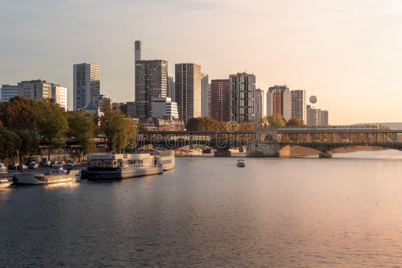 在现代巴黎的美丽的景色 免版税图库摄影