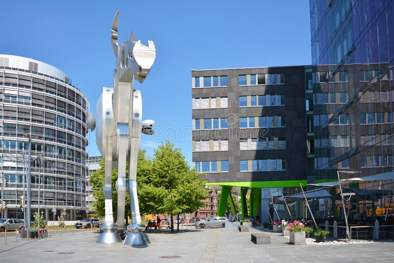 在现代打印装置学院大厦前面的小正方形与称'冲刺的马的'钢雕塑马 免版税库存图片
