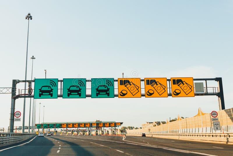在现代收费公路收费公路的高速公路 库存图片