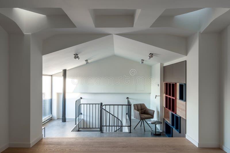 在现代样式的时髦的内部与设计白色错误天花板 库存照片
