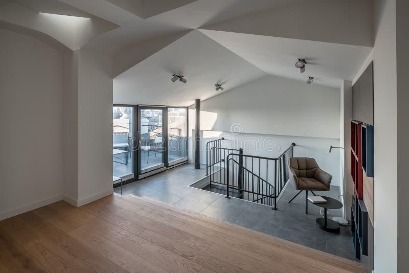 在现代样式的时髦的内部与设计白色错误天花板 免版税库存照片