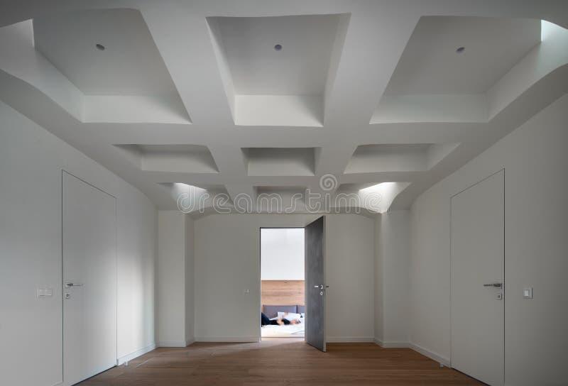 在现代样式的时髦的内部与设计白色错误天花板 库存图片