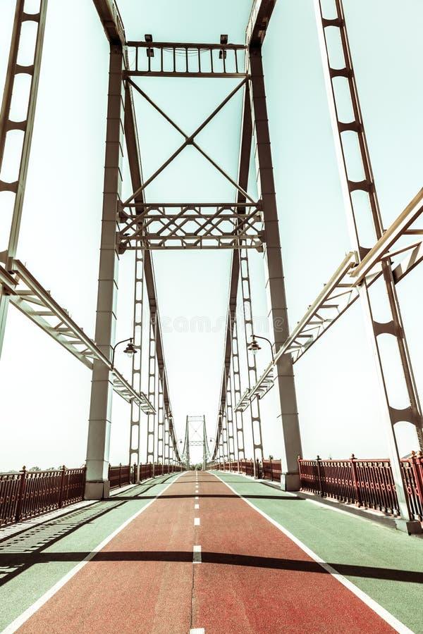 在现代桥梁的绿色和红色小径 免版税库存照片