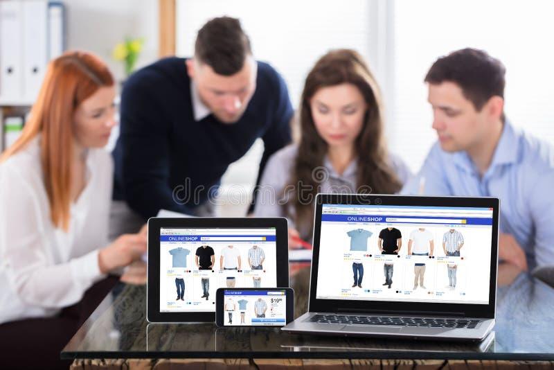 在现代电子设备的网上购物屏幕 免版税库存照片