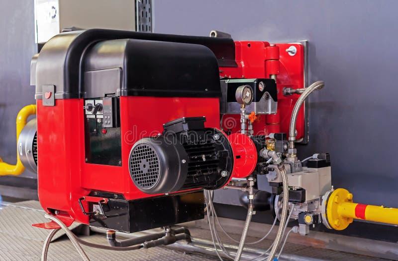 在现代锅炉室的气体设备 有调整的控制的煤气喷燃器气体或柴油的燃烧的在水中 免版税图库摄影