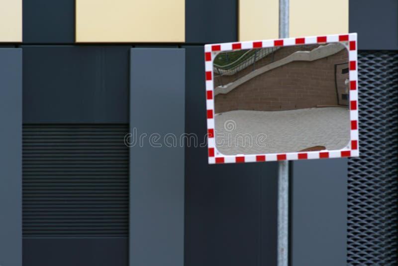 在现代门面前面的交通镜子 免版税图库摄影