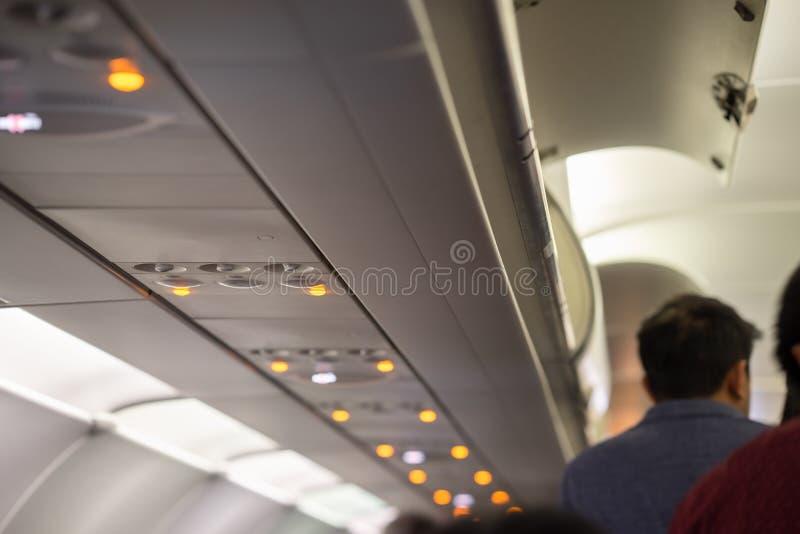 在现代飞机的顶上的行李客舱有电子控制设备的 免版税库存图片