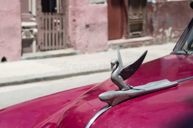 在现在的葡萄酒汽车的天鹅象征在哈瓦那古巴消失了帕卡德公司, 库存图片