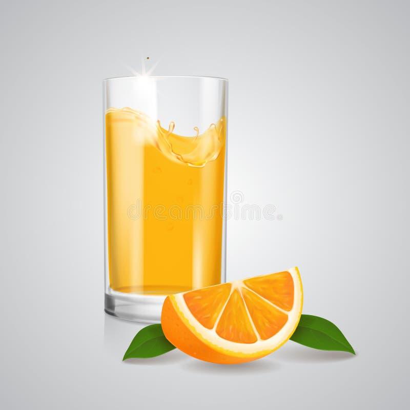 在现实玻璃的橙色果汁和橙色切片 皇族释放例证