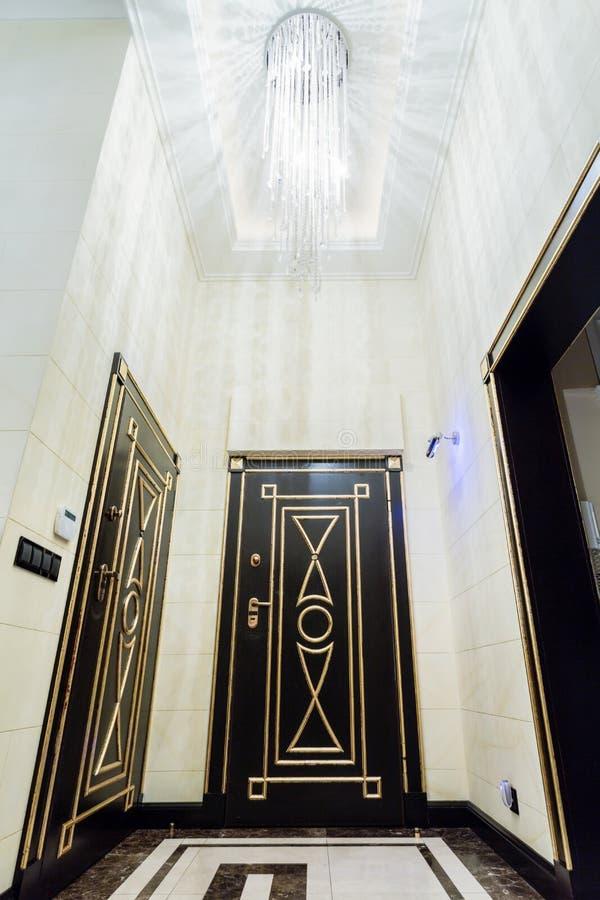 在现代别墅的有启发性前室 免版税库存图片