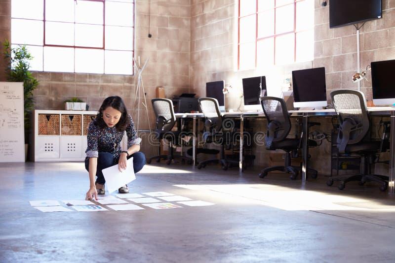 在现代办公室地板上的女性设计师计划布局  免版税库存图片