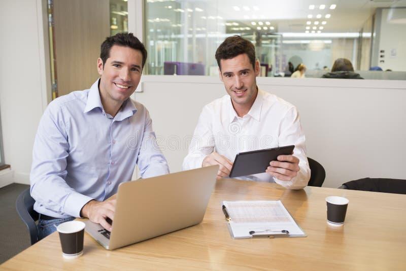 在现代办公室, lookin的两个偶然商人 免版税库存图片