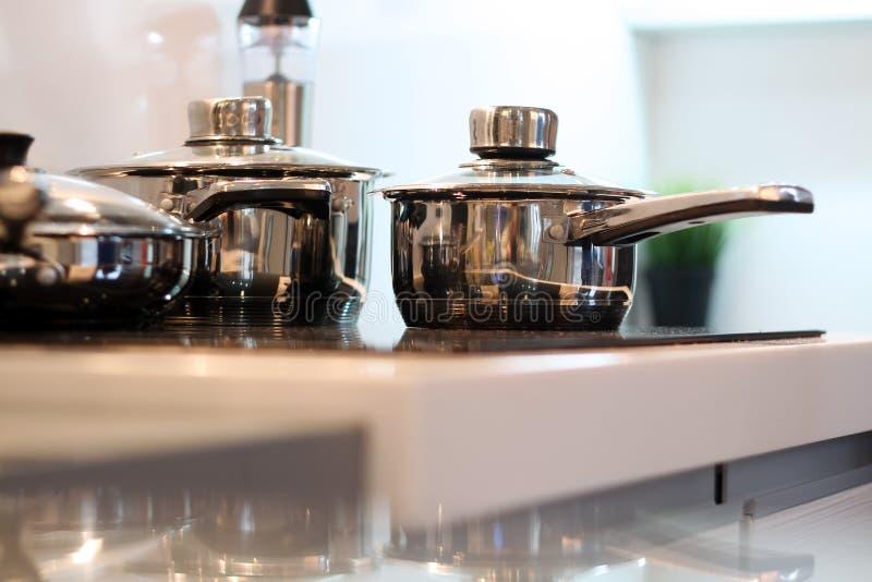 在现代厨房的不锈钢平底深锅 库存图片