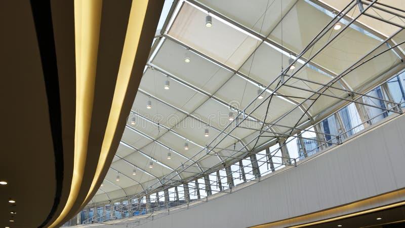 在现代商业大厦天花板使用的LED光 库存图片