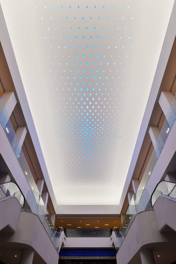 在现代商业大厦天花板使用的LED照明设备的新型 图库摄影