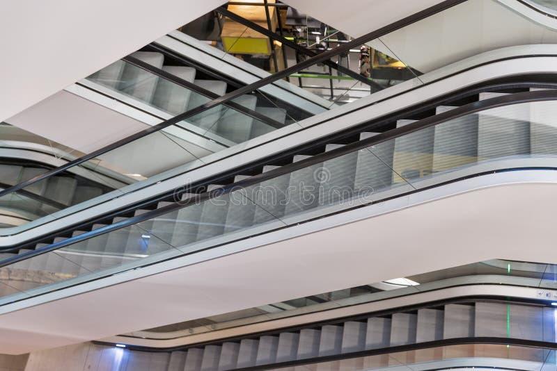 在现代商城的自动扶梯 免版税库存图片