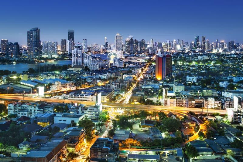 在现代城市在晚上,曼谷泰国交易。 免版税图库摄影